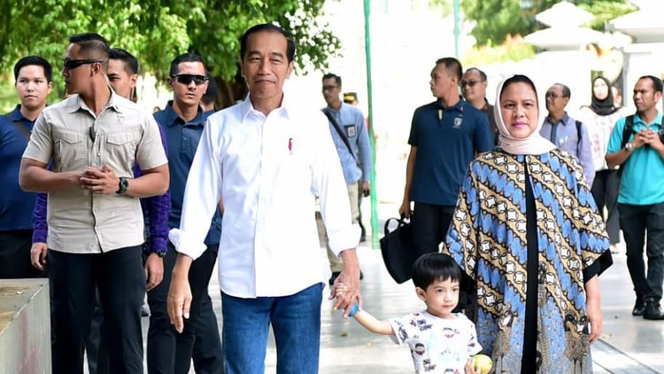 Di hari kemerdekaan, Jokowi sengaja ajak Jan Ethes untuk ikut dalam upacara HUT ke-74 RI. Intip kelucuan Ethes memakai baju adat Bali.