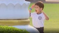 <p>Saat bermain di halaman Gedung Agung Istana Negara Yogyakarta, Jan Ethes tiba-tibamembuat gestur menghormat dengan tangannya di depan tiang bendera. (Foto: Instagram @jokowi)</p>