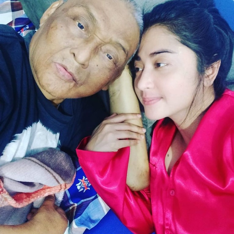 Usai sang ayah divonis menderita sakit, Dewi selalu setia menemani di rumah sakit.