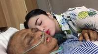 Lewat Instagram, Dewi menceritakan kalau sang ayah sempat tak sadarkan diri selama beberapa hari sebelum menghembuskan nafas terakhir. (Foto: Instagram @dewiperssikreal)