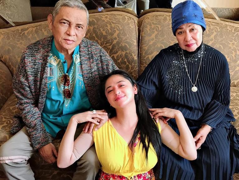 Sebagai anak bungsu dari empat bersaudara, Dewi Perssik dikenal dekat dengan ayah dan ibunya. Ia kerap kali membagikan momen manjanya bersama kedua orang tuanya itu.