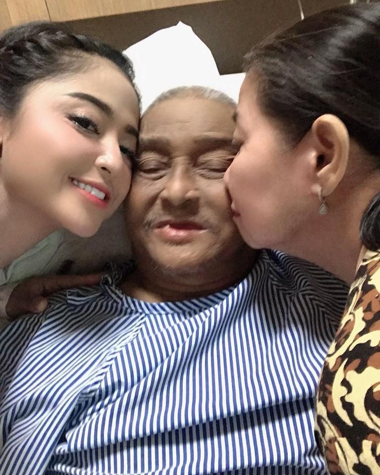 Pengobatan sang ayah pun sampai harus dipindahkan dari Jember ke Jakarta agar Dewi Perssik bisa selalu berada di samping sang ayah.