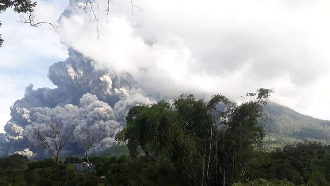Gunung Sinabung yang berada di Kabupaten Karo, Sumatera Utara erupsi dengan tinggi kolom abu teramati 2.000 meter di atas puncak, Sabtu (8/8).