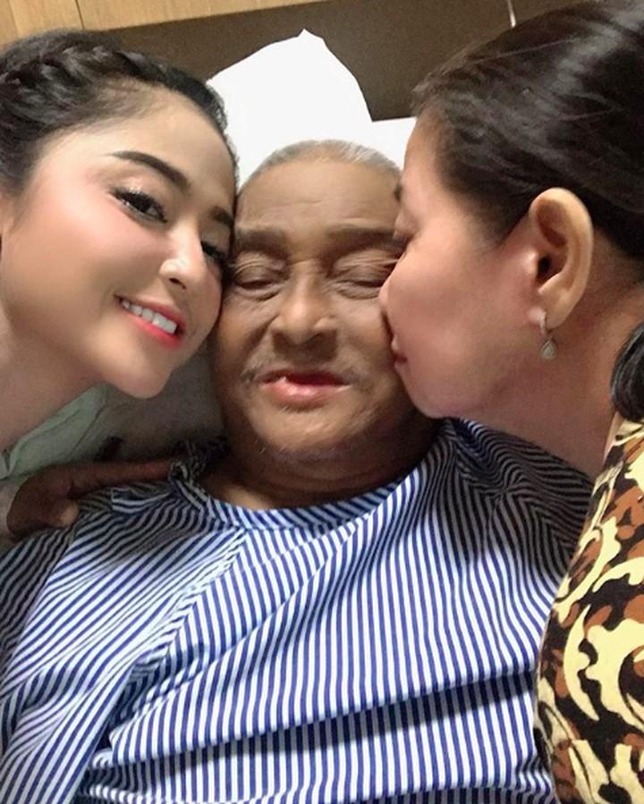 Mochammad Aidil, ayah Dewi Perssik meninggal dunia. Tengok kenangan Dewi menemani hingga tidur di rumah sakit jelang kepergian sang ayah untuk selamanya.