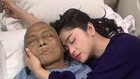 Sebagai anak bungsu, Dewi sangat sayang pada almarhum ayahnya. Sebelum meninggal Dewi setia menemani almarhum Aidil saat di rumah sakit. (Foto: Instagram @dewiperssikreal)