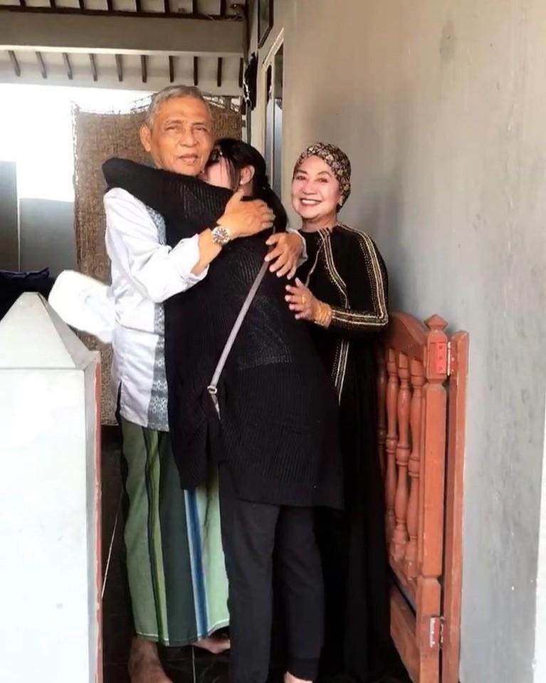 Salah satu momen manja Depe dengan sang ayah saat pulang ke kampung halamannya di Jember, Jawa Timur.