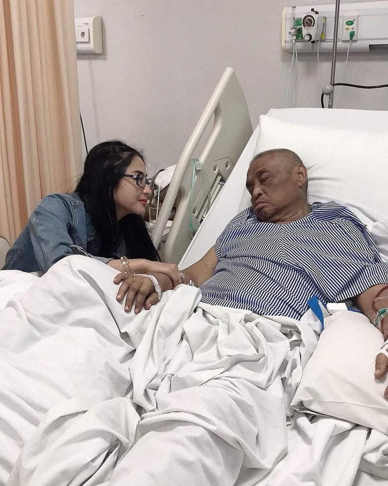 Di saat-saat terakhirhinggasang ayah wafat, Dewi Perssikselalu setia menemani di rumah sakit. Selamat jalanMochammad Aidil, semoga arwahmu tenang di sisi Tuhan.