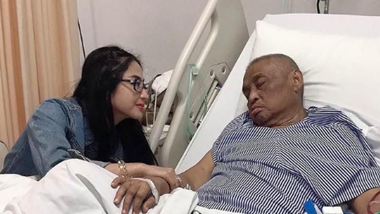 Dewi Perssik berduka karena ayahnya menghembuskan napas terakhir hari ini.