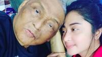 Dewi tampil polos tanpa makeup saat menjaga ayahnya. Bahkan dia tidur bersama sang ayah saat menjemputnya ke Jember, Jawa Timur untuk dibawa berobat ke Jakarta. (Foto: Instagram @dewiperssikreal)