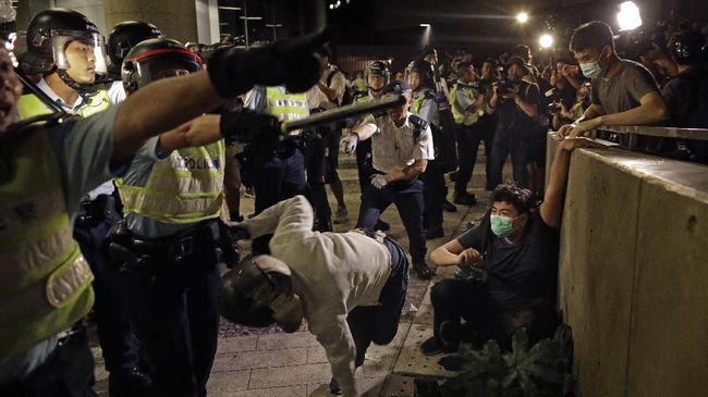 Massa pro-demokrasi Hong Kong kembali terlibat bentrokan dengan aparat kepolisian. Pihak kepolisian menembakkan gas air mata dan meriam air ke arah demonstran.