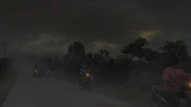 Erupsi Gunung Sinabung, yang kini masih berstatus Siaga I, menyebabkan 17 desa di Kecamatan Tiganderket gelap gulita karena tertutup abu vulkanik.