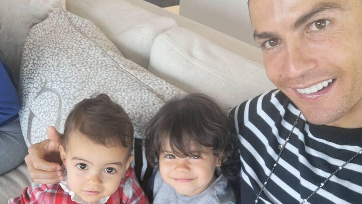<p>Papa Cristiano <em>pose</em> dulu bareng dua gadis ciliknya. <em>Senyuuumm...</em> (Foto: Instagram @cristiano)</p>