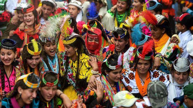 Tak sedikit turis yang datang ke Kalash untuk mencari perempuan. Kondisi ini dirasa dapat melunturkan trasidi komunitas minoritas itu.