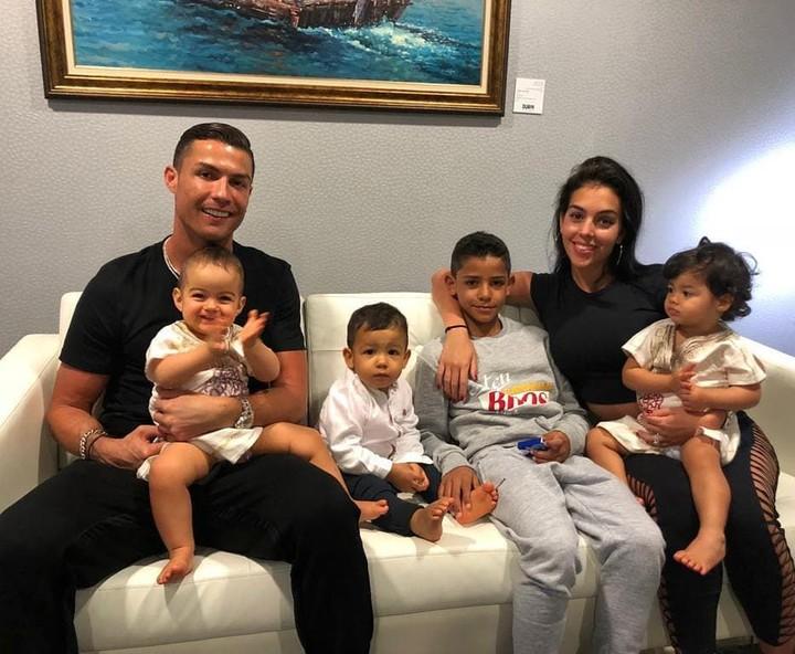 <p><em>Yeay</em>! Formasi komplet foto keluarga, Papa Cristiano, Alana, Mateo, kakak Cristiano Jr., dan Eva dipangku Mama Georgina. Bahagia selalu ya... (Foto: Instagram @cristiano)</p>
