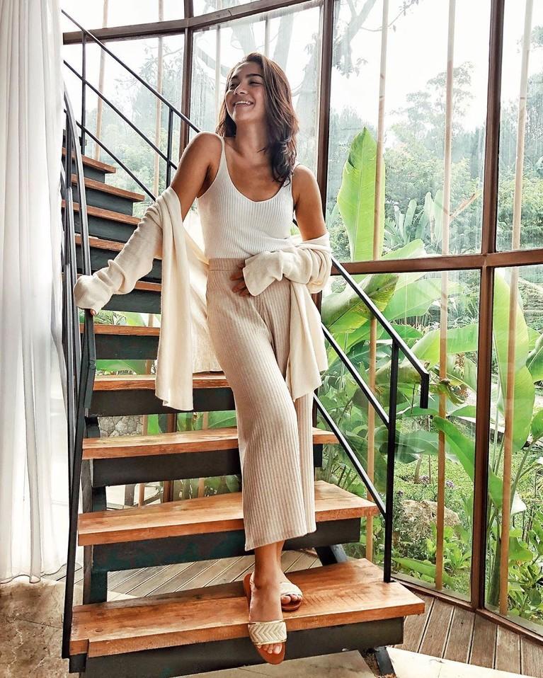 Angela Gilsha adalah wanita kelahiran Denpasar, Bali, yang selalu tampil stylish dan memiliki hobi traveling.