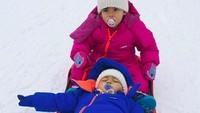 <p>Keseruan si kembar saat meluncur di atas ski di Courmayeur, Italia. Mateo kelihatan tegang banget tuh. (Foto: Instagram @georginagio)</p>