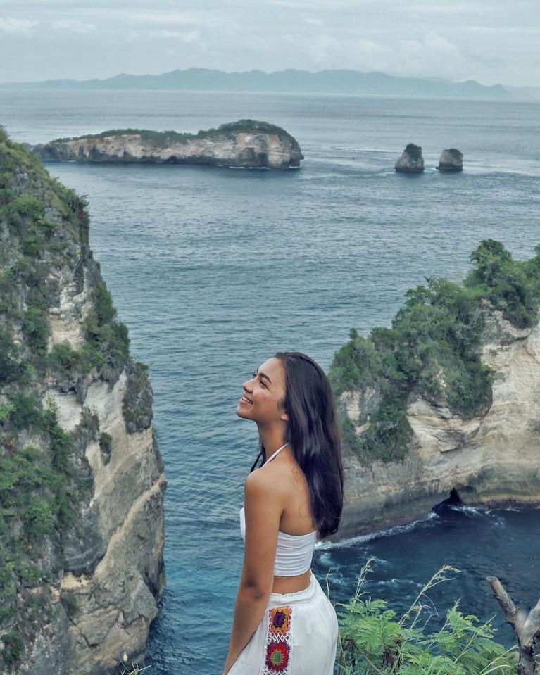 Sebagai wanita yang tumbuh di Pulau Dewata, Angela Gilsha sangat akrab dengan laut dan pantai.