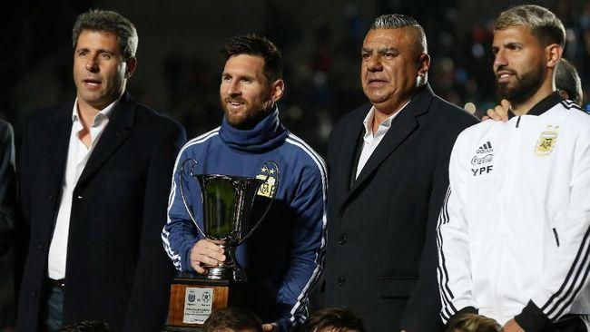 Bintang sepak bola dunia Lionel Messi memberikan trofi pertama untuk timnas Argentina dengan meraih Piala San Juan, Sabtu (8/6) waktu setempat.