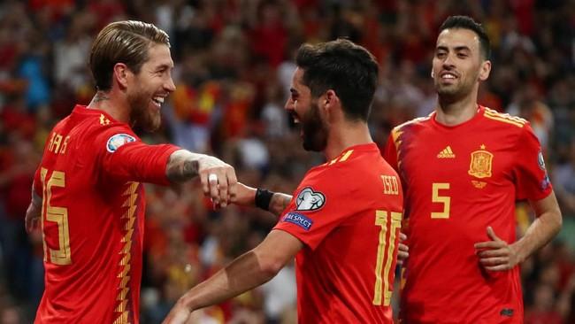 Timnas Spanyol menaklukkan Swedia dengan skor telak 3-0. Berikut foto-foto pilihan dari laga tersebut.
