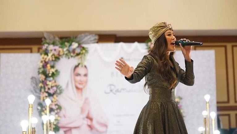 Namanya mulai dikenal ketika bergabung dengan grup musik Mahadewi pada tahun 2012.