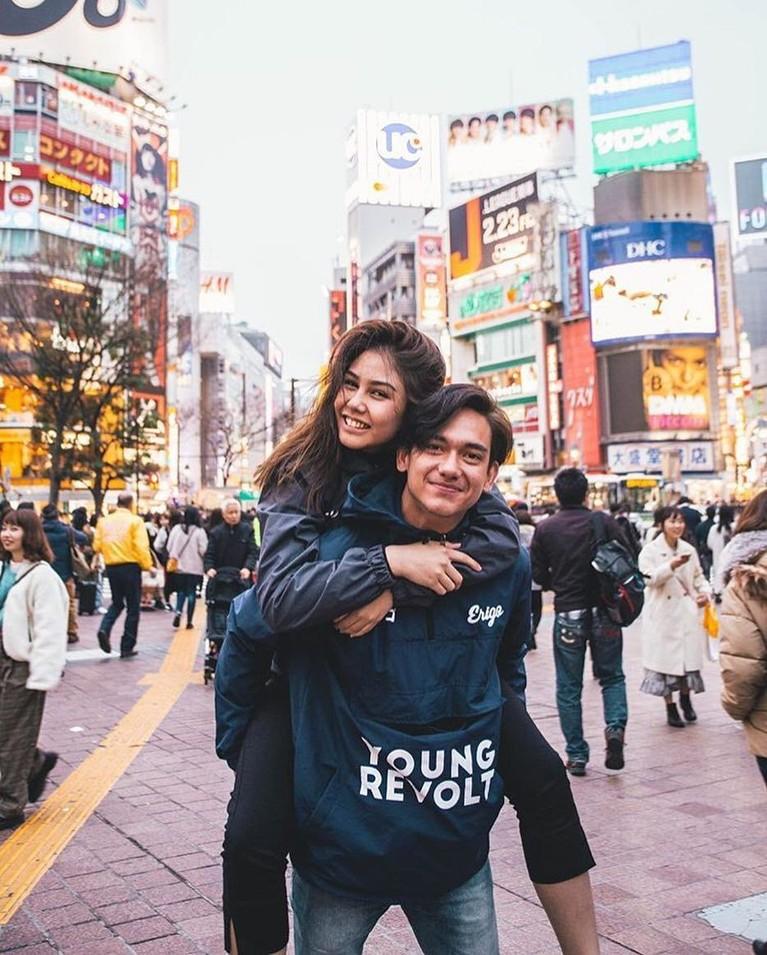 Vanesha dan Adipati Dolken juga beberapa kali terlihat jalan-jalan ke luar negeri bersama. Pasangan ini selalu terlihat mesra.