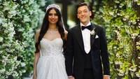 <p>Setelah dua tahun berpacaran, Ozil dan Gulse menikah di Istanbul, Turki, pada 7 Juni lalu. Pernikahan mereka begitu sakral dengan menghadirkan Presiden Turki Recep Tayyip Erdogan sebagai saksi. (Foto: Instagram @m10_official)</p>