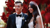 <p>Latar belakang keluarga pasangan ini memang unik, Bunda. Ozil kelahiran Jerman, 30 tahun silam, sementara Gulse lahir di Swedia, 30 April 1993. Meski berbeda kewarganegaraan, keduanya sama-sama berdarah Turki. (Foto: Instagram @m10_official)</p>