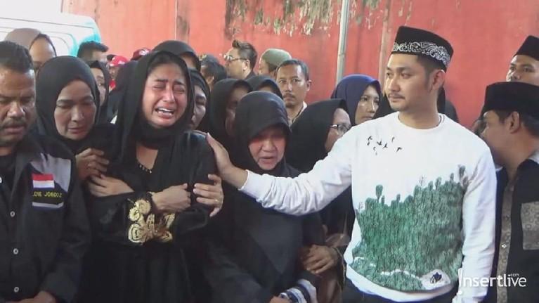 Sang suami, Angga Wijaya pun turut menenangkan sang Istri agar lebih tabah setelah kehilangan sang ayahanda.