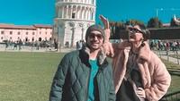 Keduanya berfoto di depan bangunan paling ikonik di Italia, mana lagi kalau bukan di depan Menara Pisa. (Foto: Instagram @whulandary)
