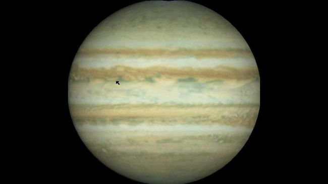 This image of Jupiter was obtained with the Hubble Space Telescope Wide Field Planetary Camera O5 October. The arrow (L) indicates the latitude and longitude of the predicted entry site at which the Galileo Probe will enter Jupiter's atmosphere 07 December.  At this latitude, the eastward winds have speeds of about 250 mph.  AFP PHOTO                                        NASA (Photo by NASA / AFP)