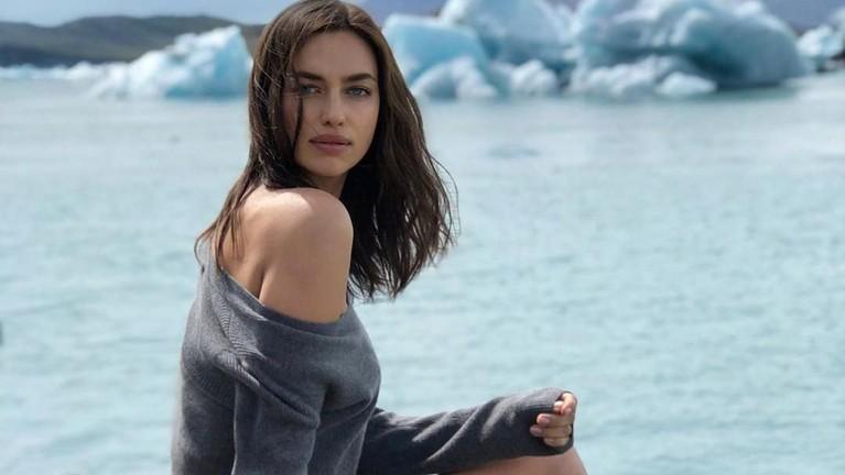 Potret terbaru Irina dalam sebuah pemotretan setelah berita kandasnya hubungan dirinya dengan Cooper tersebar. Dalam foto ini, model Victoria Secret ini menggunakan sebuah baju rancangan Falconeri.