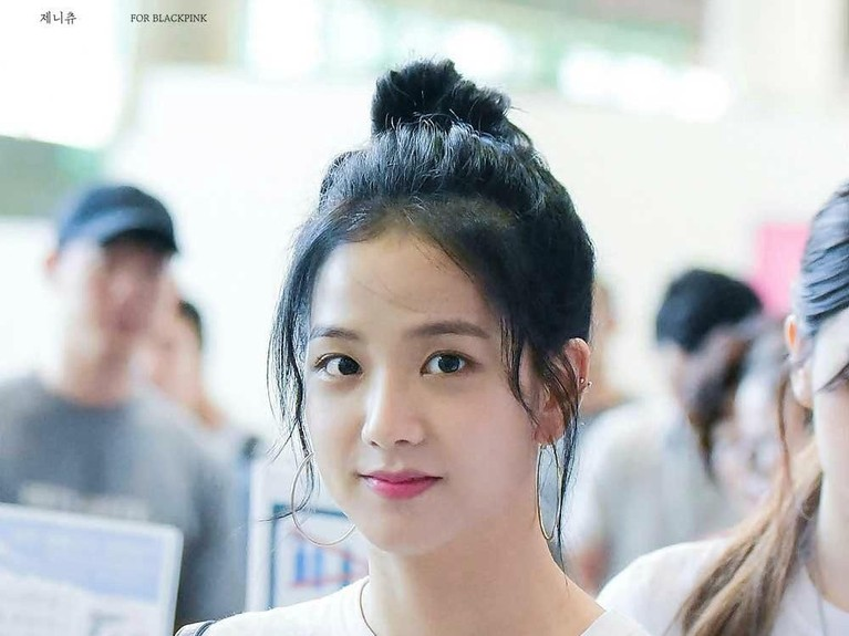 Masih di bandara, Jisoo kembali tampil polos dan apa adanya. Rambut panjangnya diikat ke belakang dan hanya menggunakan lipstik berwarna merah yang membuatnya terlihat segar dan cantik.
