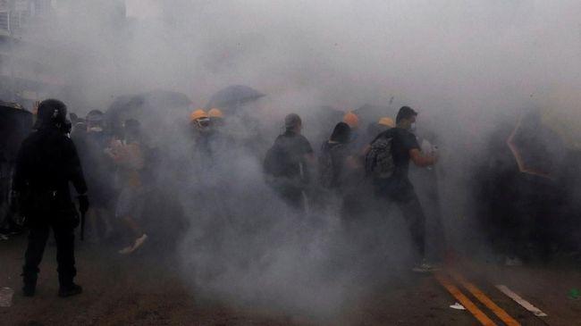 Satu WNI terkena tembakan gas air mata ketika berada di tengah kerumunan massa demonstrasi penolakan RUU ekstradisi di Hong Kong pada Rabu (12/6).