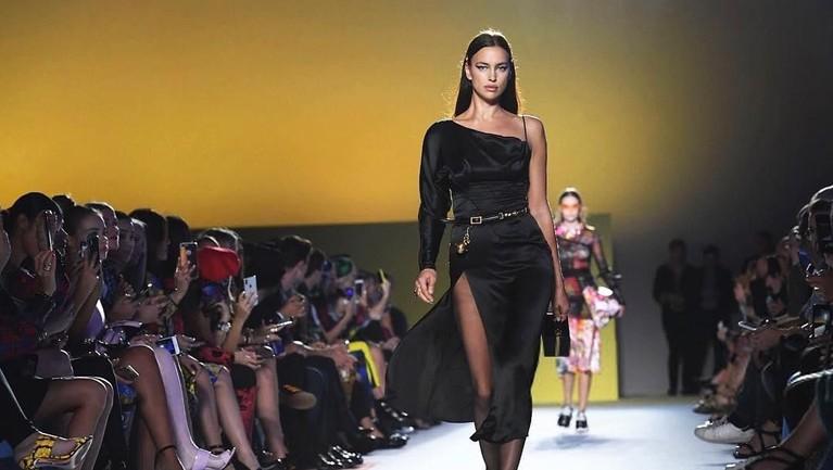 Irina menggunakan gaun berwarna hitam model one shoulder rancangan Donatello Versace. Ia memakai gaun ini di atas catwalk dalam pagelaran busana Versace tahun 2018 lalu.