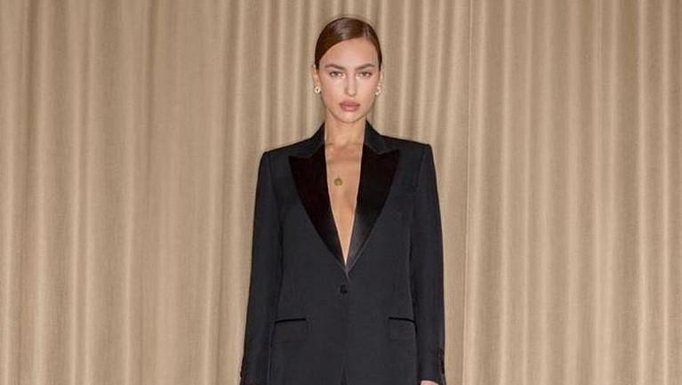 Foto lain Irina dalam balutan tuksedo rancangan Burberry dalam acara Oscar tahun 2019. Aura seksi tetap terlihat dari Irina.