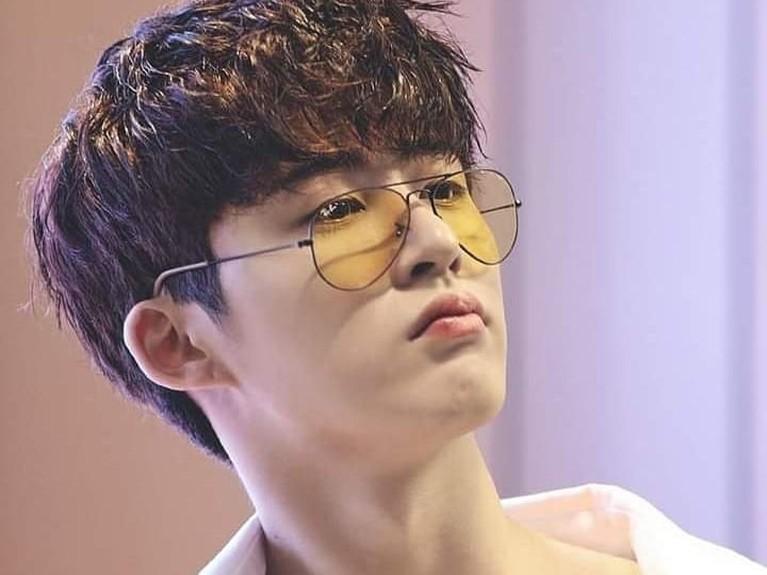 Gaya candid B.I iKON dengan kacamata yang agak turun dan rambut yang seolah berantakan tak mengurangi ketampanannya.