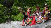 Kaum Kalash disebut tak memiliki agama, sehingga para turis pria sering datang dan berharap bertemu para wanitanya.