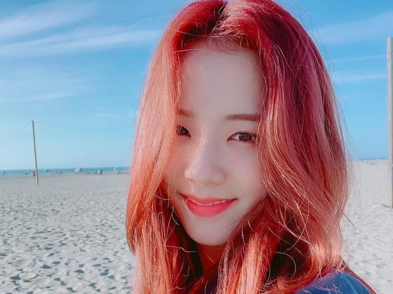 Salah satu potret Jisoo saat sedang pergi berlibur ke pantai. Ia tampak bahagiia sambil tersenyum dan tidak menggunakan riasan wajah sama sekali. Ini membuat dirinya terlihat sangat cantik dan menawan.