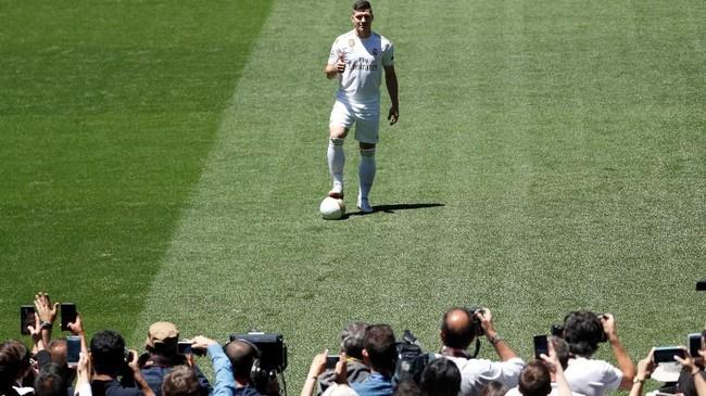 Real Madrid resmi memperkenalkan penyerang baru Luka Jovic di Santiago Bernabeu, Rabu (12/6) siang waktu setempat.