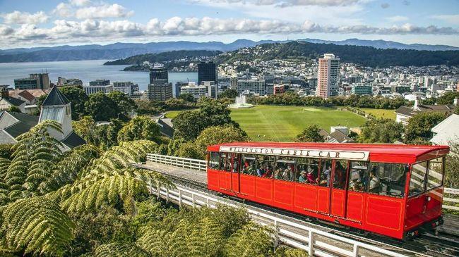 Selandia Baru kembali meningkatkan kewaspadaan mereka terhadap covid usai pihak berwenang setempat menemukan turis Australia terpapar corona.