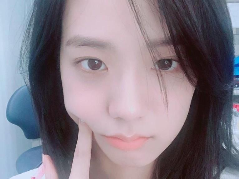 Potret Kim Jisoo yang satu ini, masih menjadi favorit banyak orang karena wajahnya yang terlihat tidak menggunakan riasan sama sekali tetapi terlihat segar dan menggemaskan.