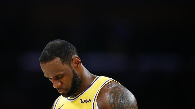 Bintang LA Lakers LeBron James menangis setelah mengetahui legenda NBA Kobe Bryant meninggal akibat kecelakaan helikopter.