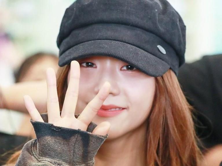 Potret Jisoo kembali terlihat saat ia berada di bandara Incheon. Lagi-lagi sang idola tidak menggunakan riasan wajah. Ia tampak percaya diri meski tampil polos.