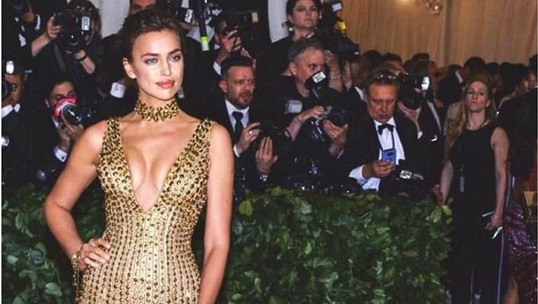 Dalam acara MET Gala 2018 lalu, Irina kembali mengenakan gaun koleksi Atelier Versace berwarna emas. Irina masih bersama Bradley Cooper untuk menghadiri acara ini.
