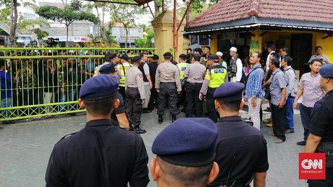 Saat ber-tabayyun dengan Banser NU di Mapolres Surabaya, sosok yang menyebut Kiai Nuruddin A Rahman dengan sebutan PKI mengakui perbuatannya dan minta maaf.