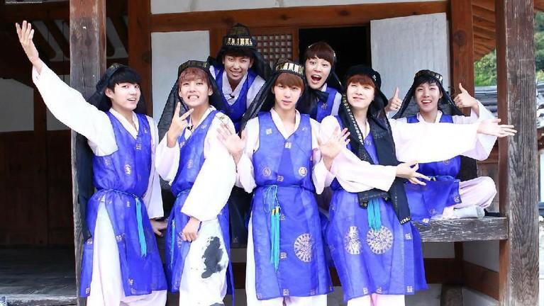 Potret BTS saat merayakan acara Chuseokyakni acara perayaan Tahun Baru Korea Selatan pada tahun 2013.