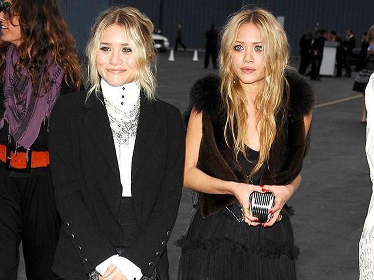 Gaya baju dan tatanan rambut mereka berdua selalu terlihat cocok danselalu up to date.