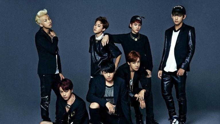 Salah satu potret kebersamaan BTS saat debut pertama kali dalam lagu No More Dream tahun 2013. Para personel BTS kompak mengenakan baju hitam-hitam.