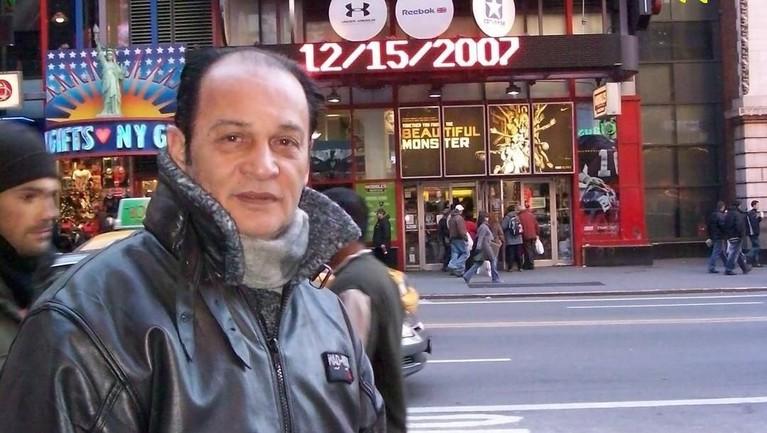 Salah satu foto yang memperlihatkan Robby Sugara menikmati masa tuanya dengan berjalan-jalan keluar negeri. Beberapa negara dikunjungi aktor legendaris ini.