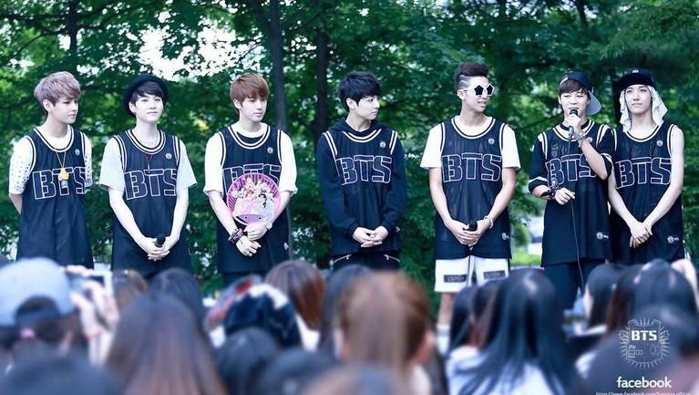 Potret kebersamaan BTS saat mereka melakukan acara pertemuan pertama dengan para penggemar mereka.